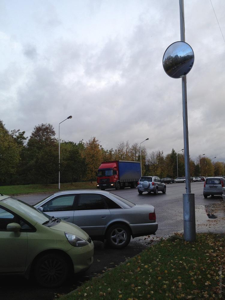 Зеркало на дороге в Каунасе