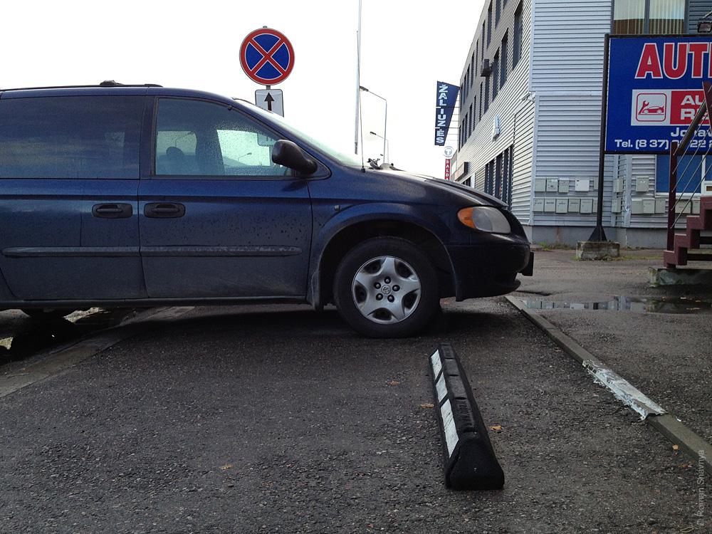 Резиновый бардюр на парковке в Каунасе
