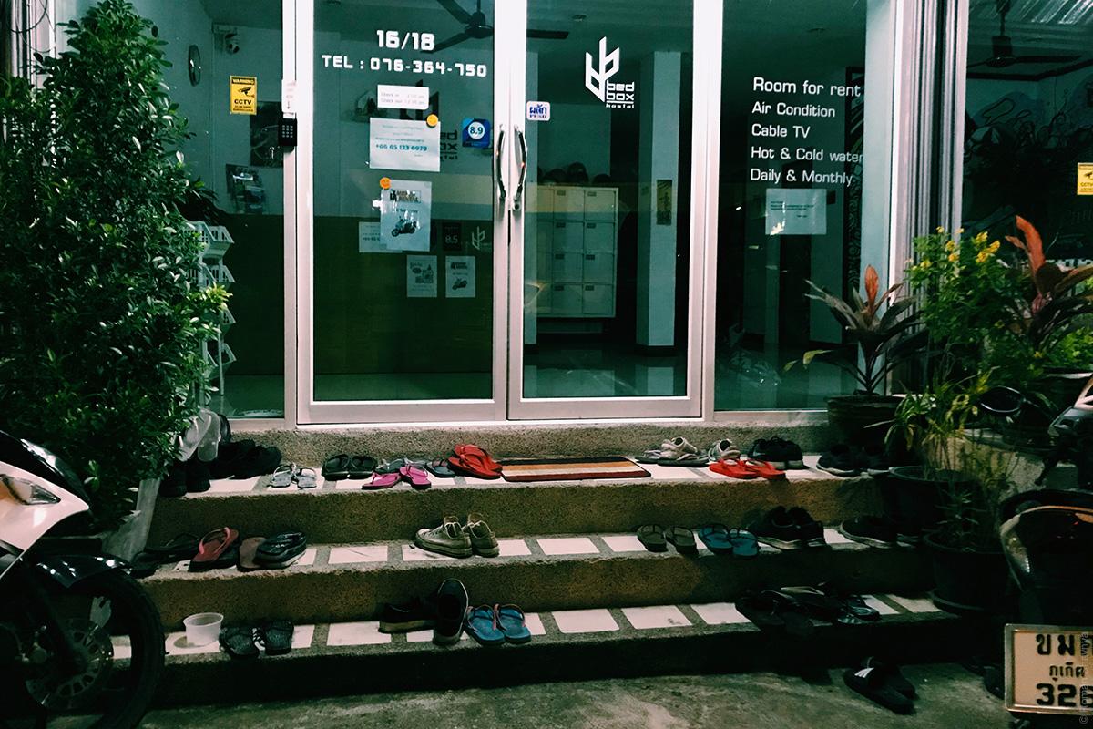 Без обуви в помещении на Пхукете