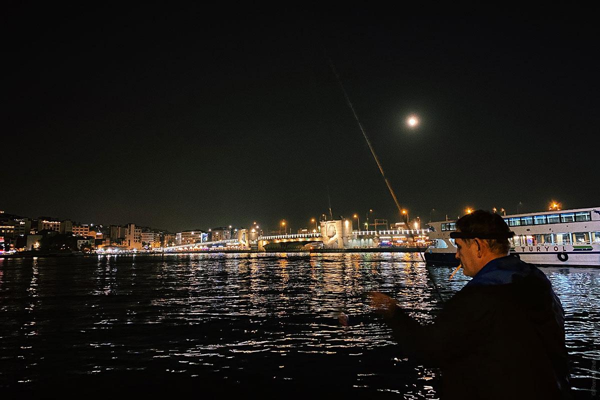 Турецкий рыбак в Стамбуле