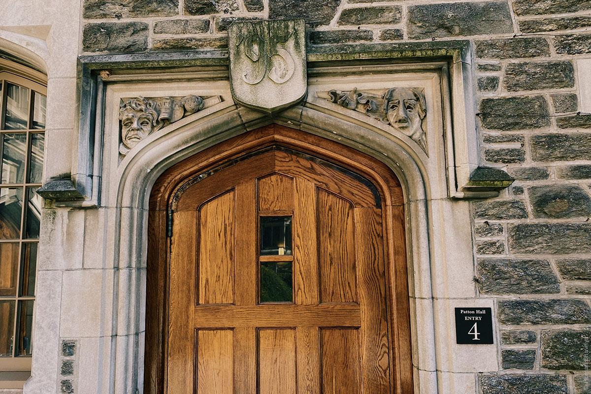 Дверь в Принстонском университете