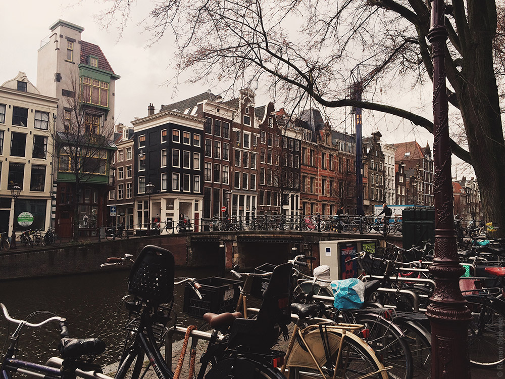 Вид на канал в Амстердаме