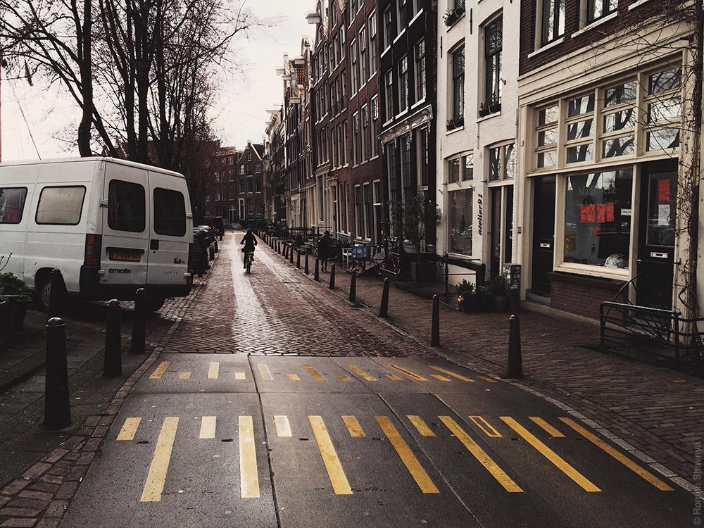 Лежачий полицейский в Амстердаме