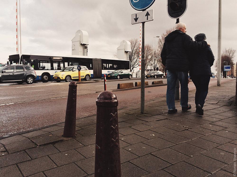 Столбики с гербом в Амстердаме