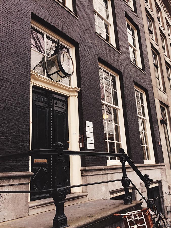 Фонарь над дверью  в Амстердаме