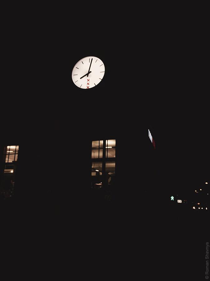 Уличные часы с гербом в Амстердаме