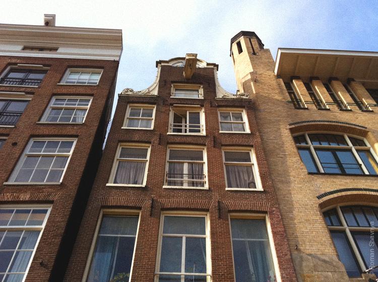 Крюки на фронтонах зданий в Амстердаме