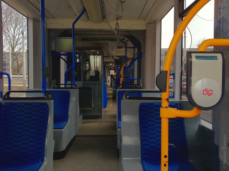 Система проезда в трамвае в Амстердаме