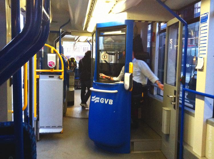 Кондуктор в трамвае в Амстердаме