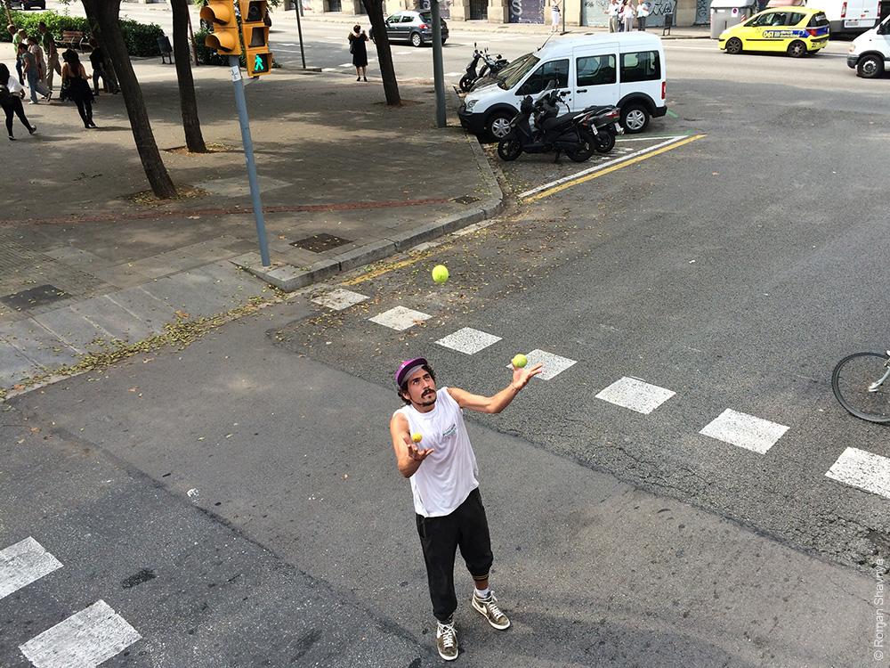 Дорожный жонглер в Барселоне