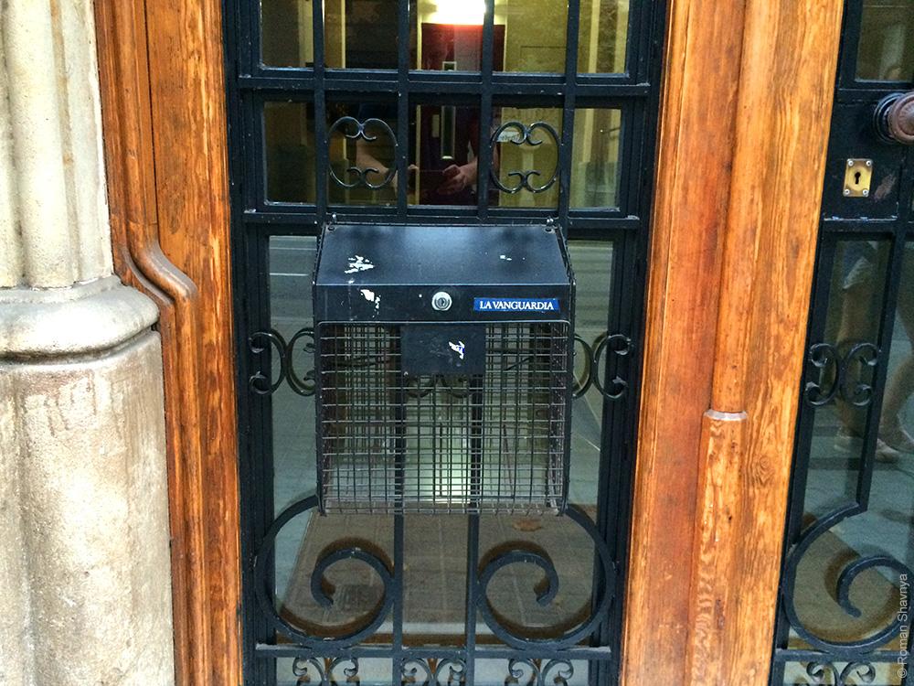 Открытый почтовый ящик в Барселоне