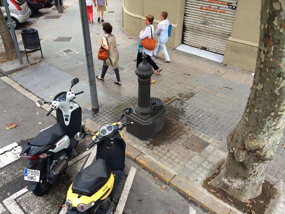 Фонтан с водой на улице в Барселоне