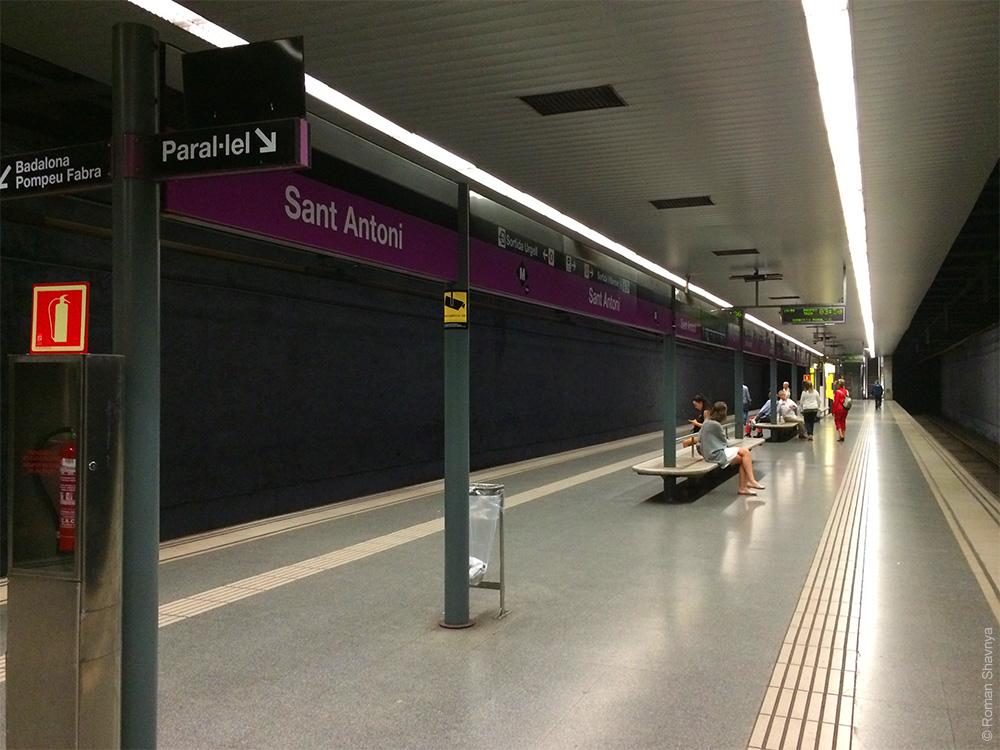 Указатели на станции в метро Барселоны