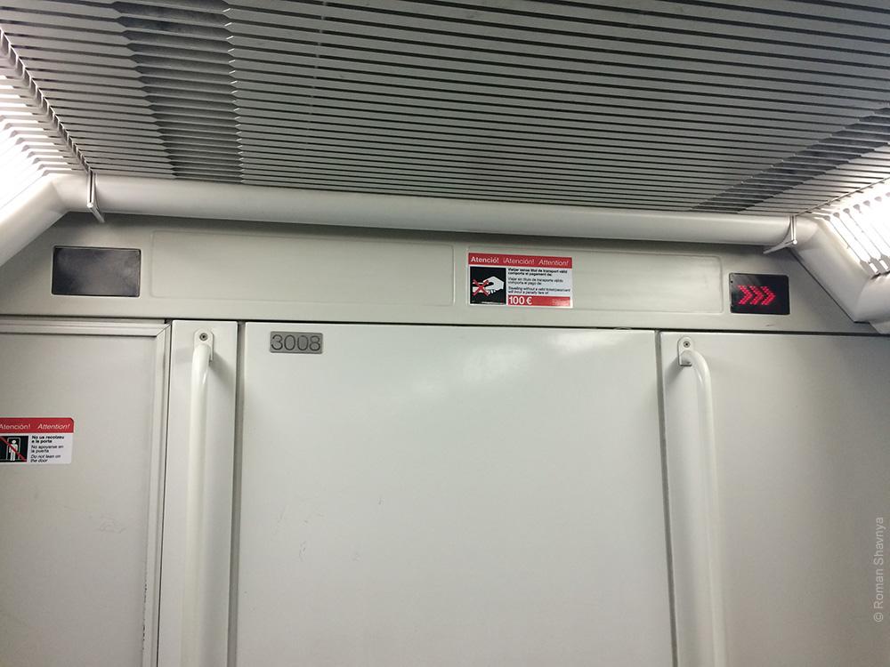 Стрелки в вагоне метро Барселоны
