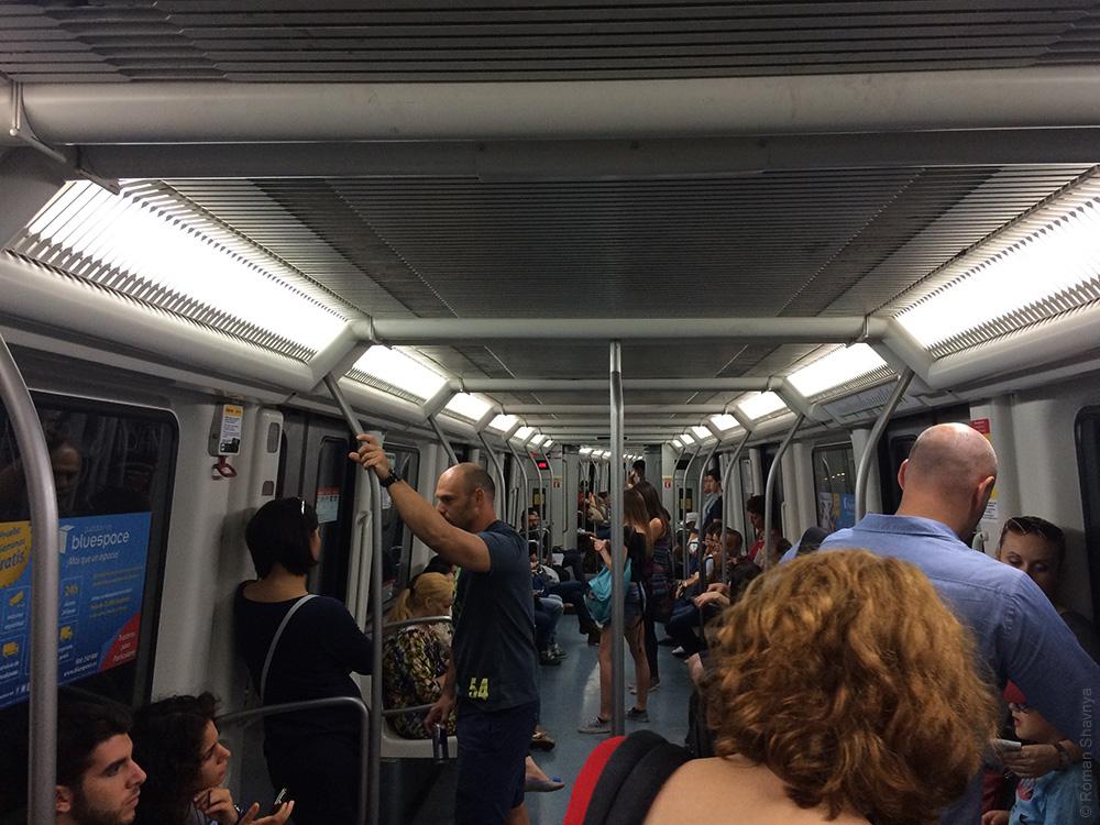 Сквозной проход в вагонах метро Барселоны