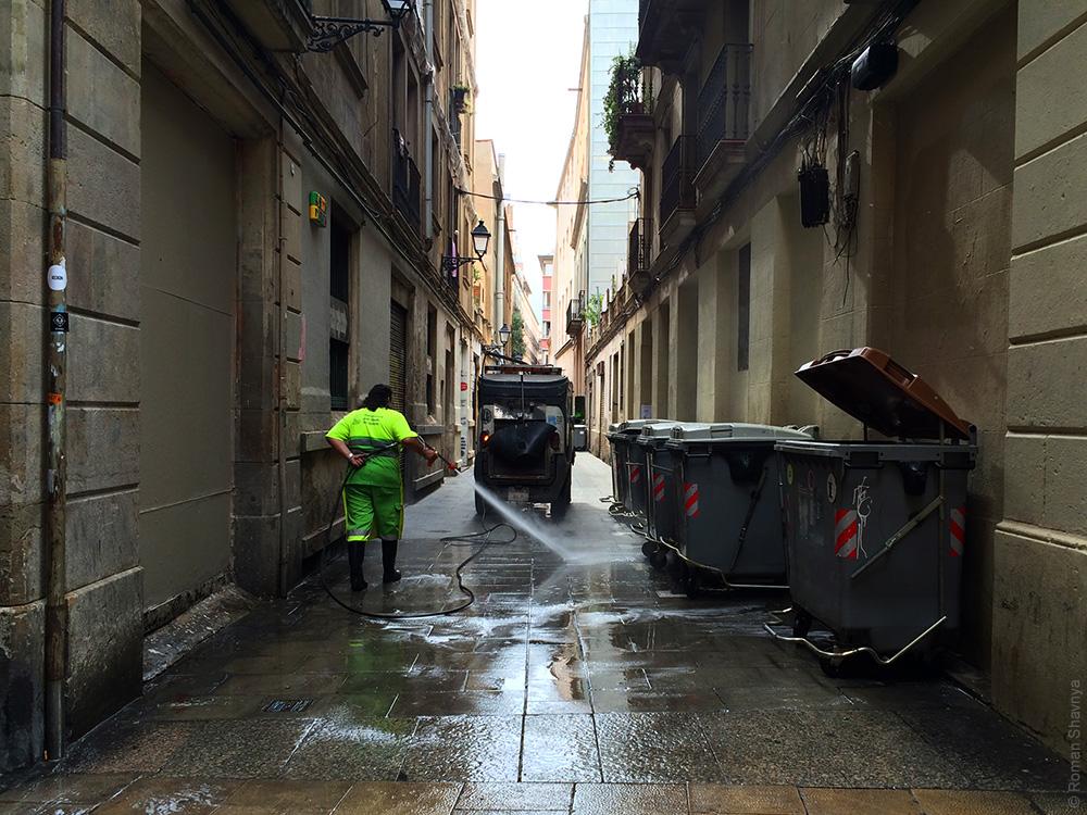 Дворник на улице в Барселоне
