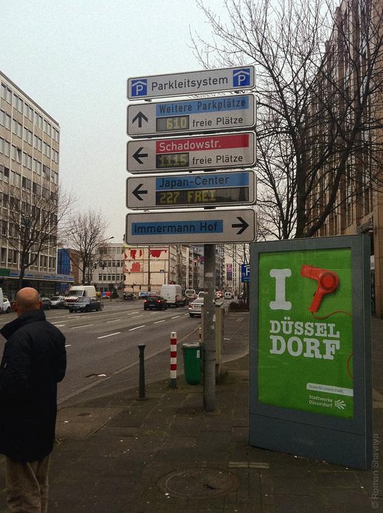 Электронное табло с количеством свободных мест на ближайших парковах в Дюссельдорфе