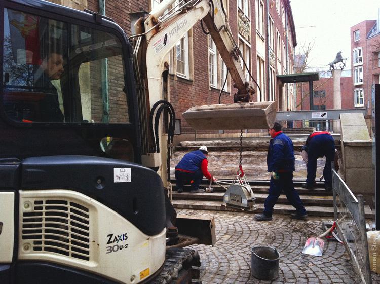 Рабочие укладывают плитку в Дюссельдорфе