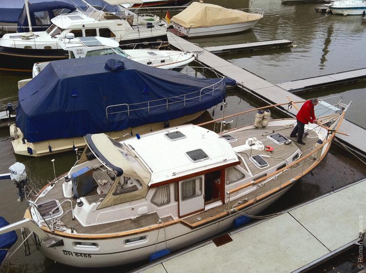 Подготавливает свою яхту к сезону в Дюссельдорфе