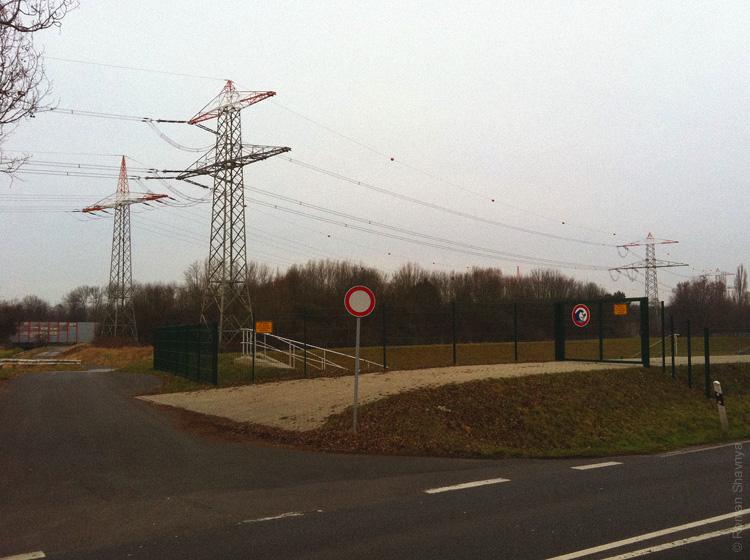 Оранжевые шары на проводах ЛЭП в Дюссельдорфе
