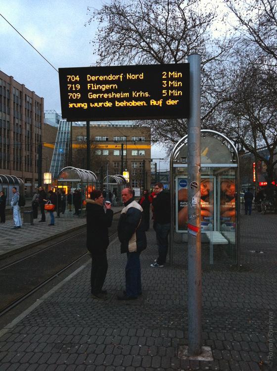 Информационное табло на остановке трамвая в Дюссельдорфе