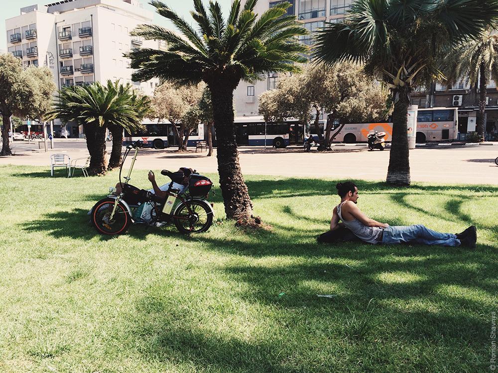 Отдых лежа на траве в Иерусалиме
