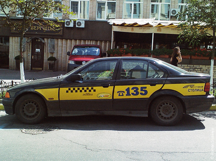 Машина Минского такси в Киеве