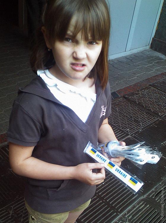Девочка продаёт магнитные браслеты на руку в Киеве