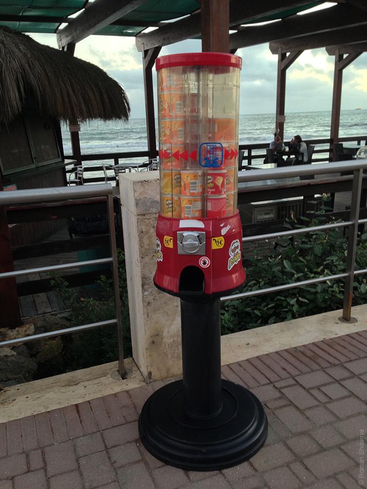 Автомат по продаже чиплов «Принглс» в Лидо-ди-Остия