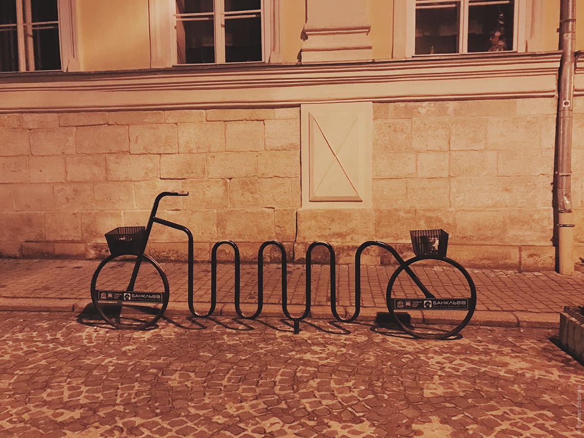 Велосипедная парковка в форме велосипеда во Львове