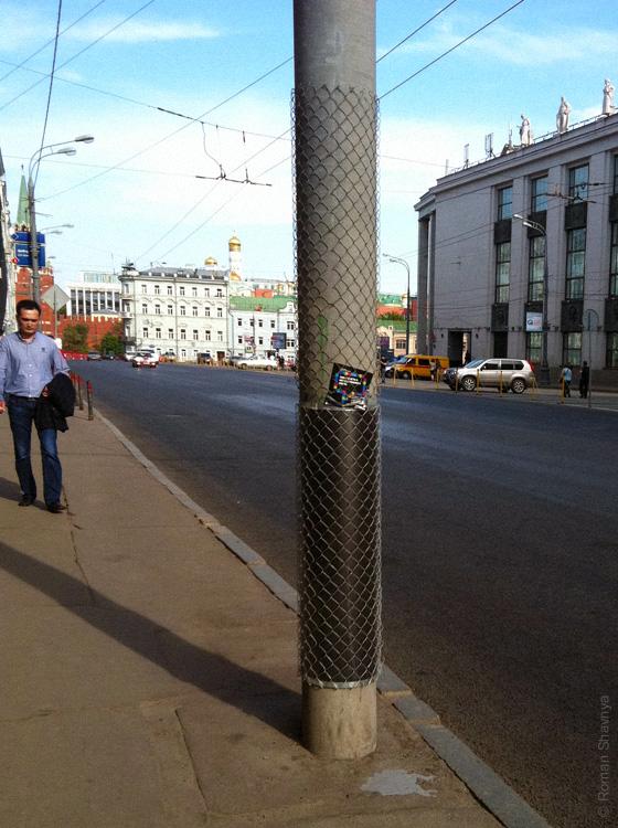 Столбы одевают в проволоку, чтобы рекламу не клеили в Москве