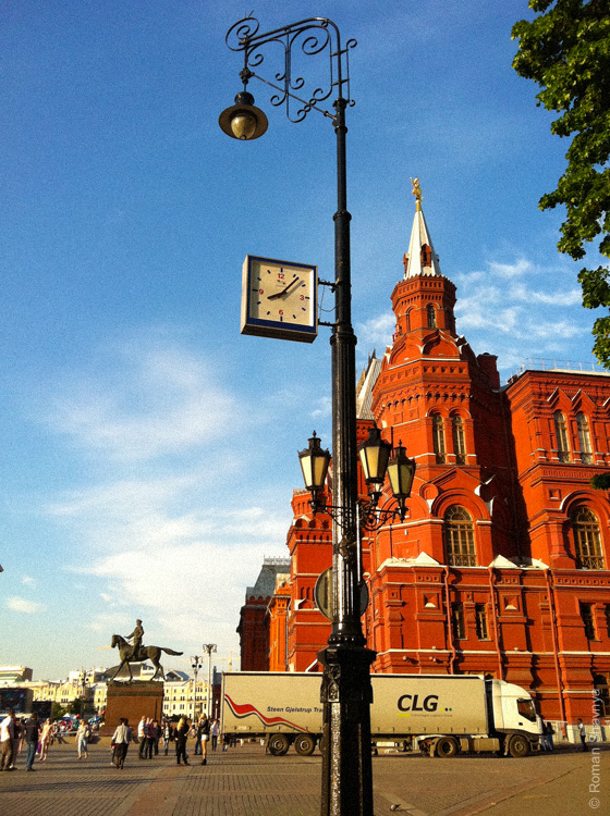 Часы на столбе в Москве