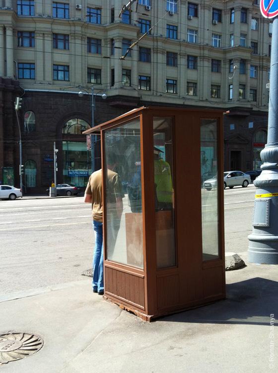 Сотрудник ДПС в будке в Москве