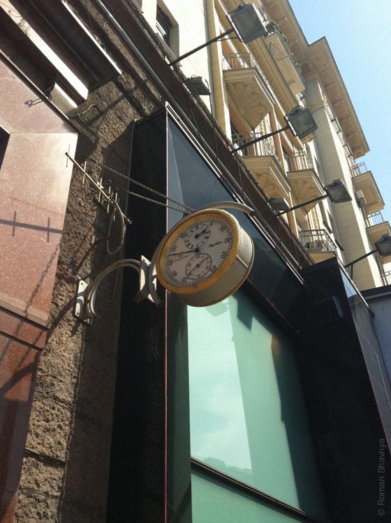 Часы на здании в Москве