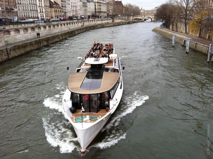 Туристы на реке Сена в Париже