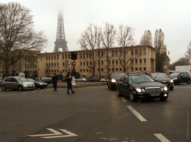 Женщина-регулировщик в Париже