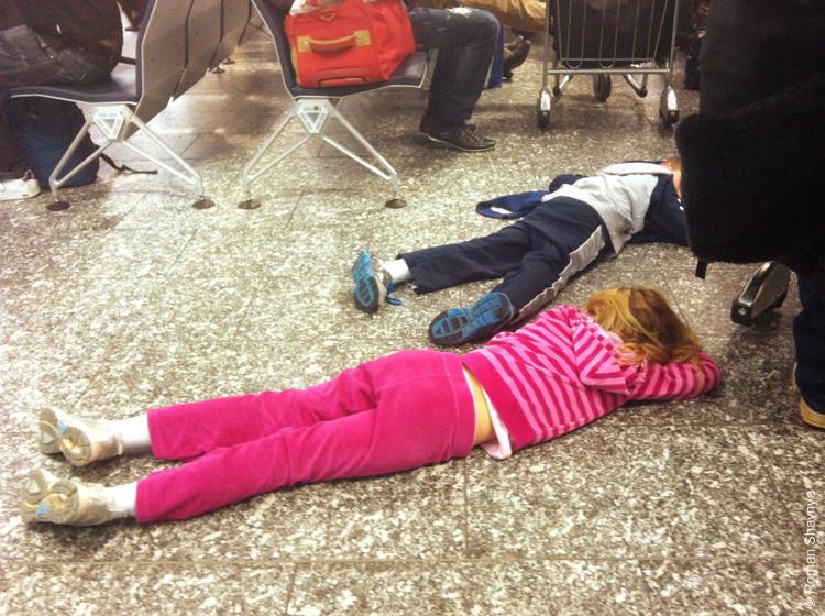 Уставшие детишки в аэропорту