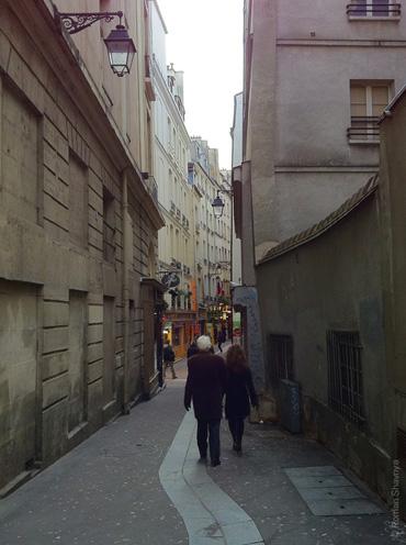 Узкая улочка в Париже