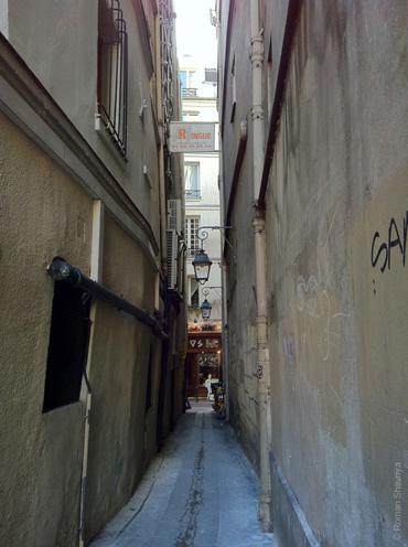 Слишком узкая улочка в Париже