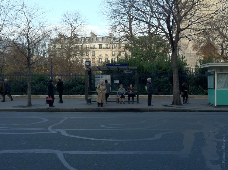 Автобусная остановка в Париже
