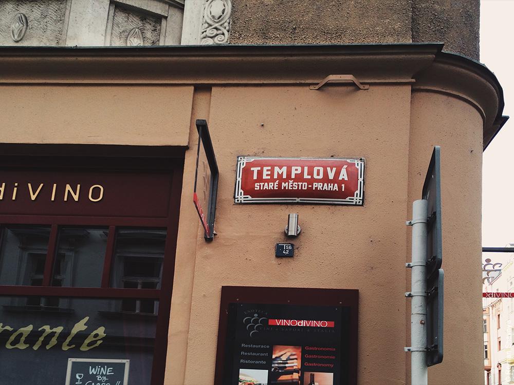Уличная табличка в Праге