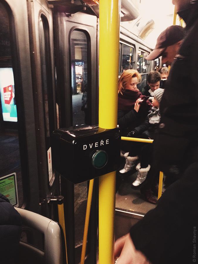 Внутри трамвая в Праге