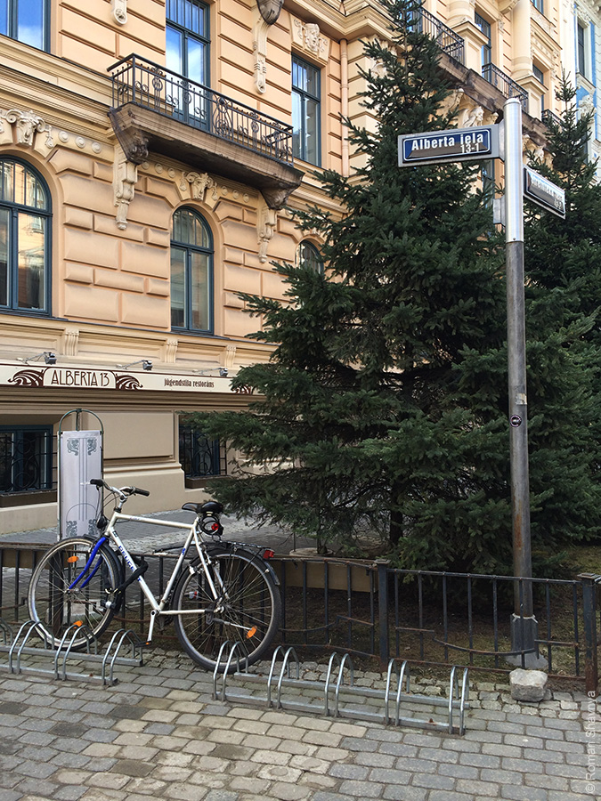 Советская реклама на стене в Риге