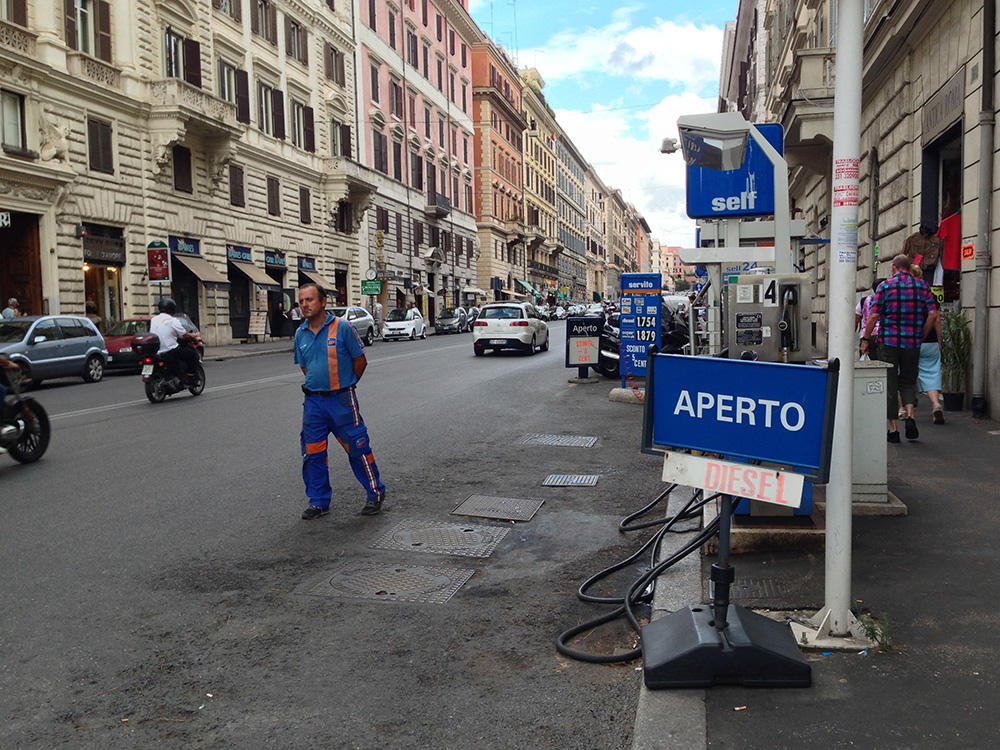 Бензоколонки на улицах Рима