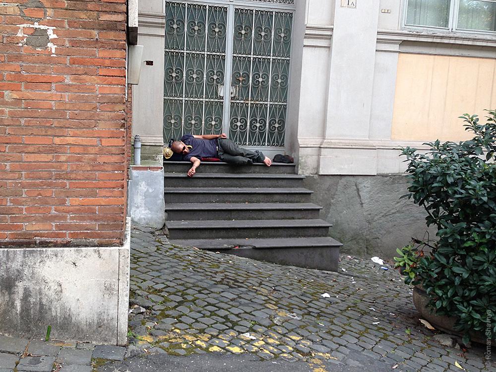 Спит на улице в Риме