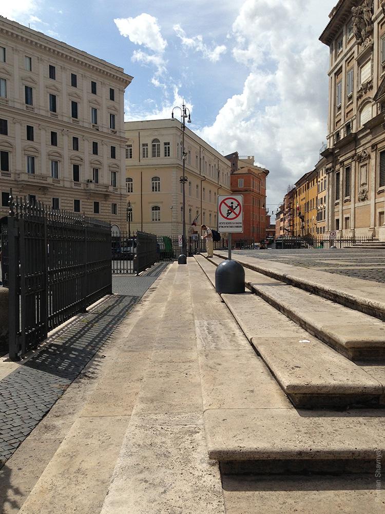 Знак на ступеньках запрещено сидеть в Риме