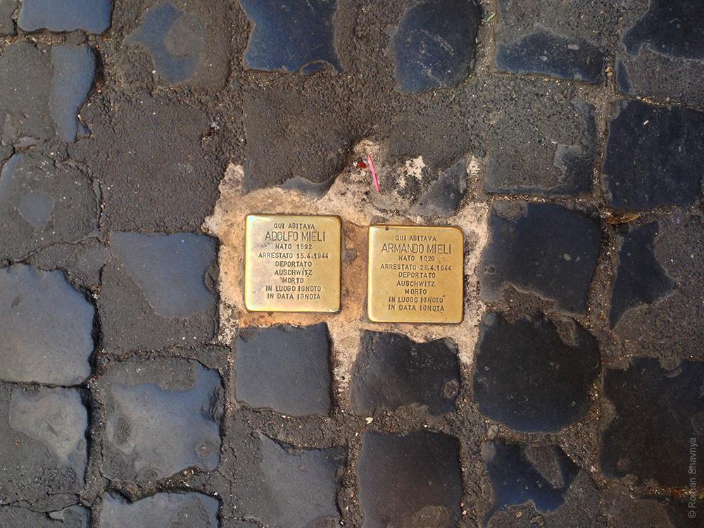 Таблички о жильцах дома в Риме