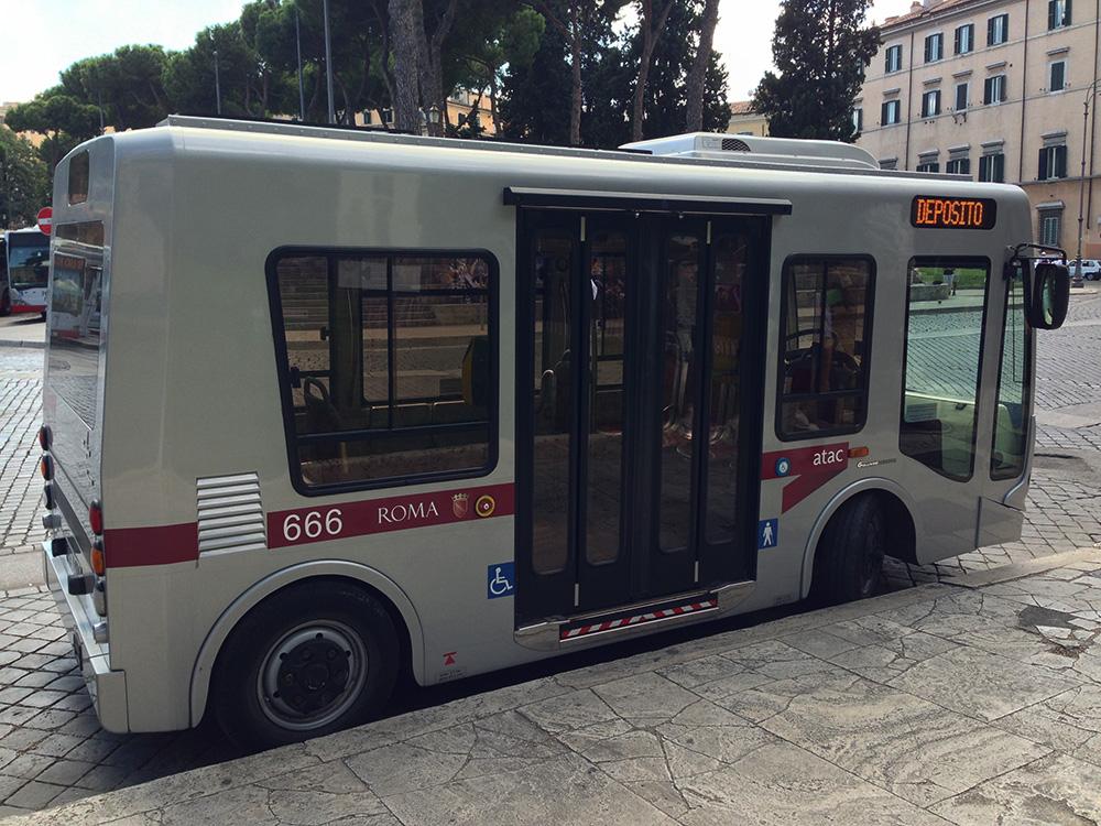 Маленький автобус в Риме