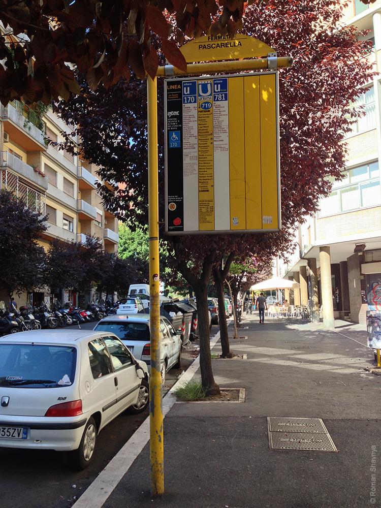 Автобусная остановка в Риме. Таблица расписания движения автобусов