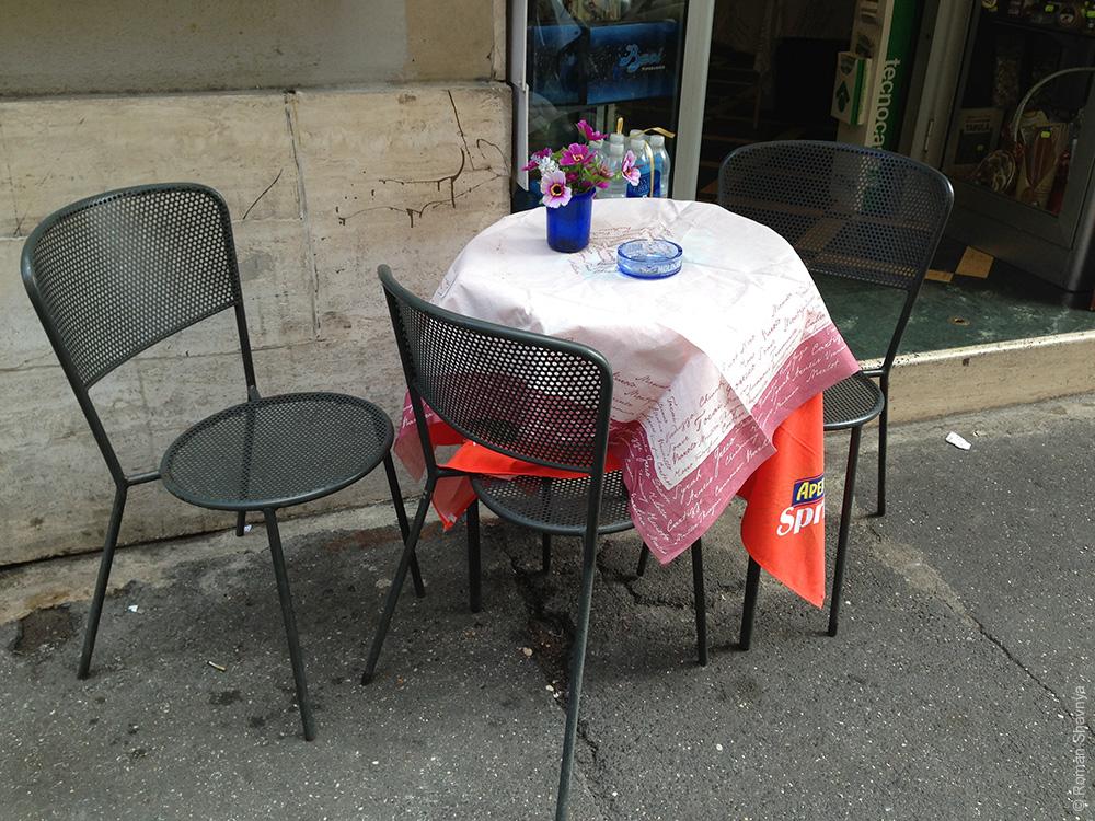 Столики из кафе на улице Рима